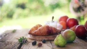 Desayuno en el vector Cruasanes y frutas metrajes