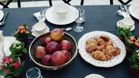 Desayuno en el vector Té, cruasanes y frutas almacen de metraje de vídeo