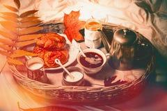Desayuno en la bandeja en cama Desayuno de la madrugada del otoño con café y pasteles Fotos de archivo libres de regalías