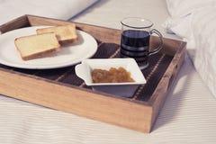 Desayuno en la cama Imagen de archivo libre de regalías