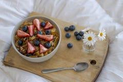 Desayuno en la cama fotos de archivo libres de regalías