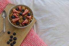 Desayuno en la cama fotografía de archivo libre de regalías