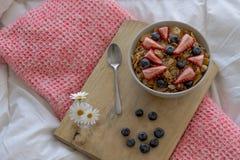 Desayuno en la cama fotos de archivo