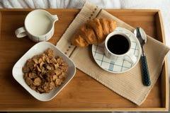 Desayuno en la cama, habitación acogedora Fotografía de archivo libre de regalías