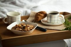 Desayuno en la cama, habitación acogedora Imágenes de archivo libres de regalías