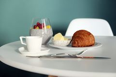 Desayuno en la tabla, los cruasanes y los smoothies de la fruta imagen de archivo libre de regalías