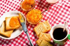 Desayuno en mantel rojo y blanco italiano Foto de archivo