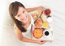 Desayuno en mujer de la cama Imágenes de archivo libres de regalías