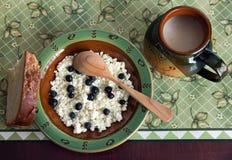 Desayuno en platos tradicionales Fotografía de archivo libre de regalías