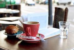 Desayuno en un café parisiense de la calle Imagen de archivo libre de regalías