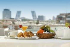 Desayuno en una terraza foto de archivo libre de regalías