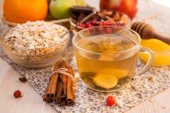 Desayuno, escamas de la avena y té Foto de archivo