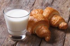 Desayuno fácil y sano: cruasanes con leche fotografía de archivo libre de regalías