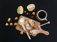 Desayuno fijado en el contexto negro: rebanadas del baguette con mantequilla y Imágenes de archivo libres de regalías