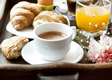 Desayuno francés con café, la flor y los cruasanes Fotografía de archivo libre de regalías