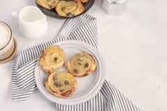 Desayuno francés - duela las pasas aux., capuchino, jarra de la leche imágenes de archivo libres de regalías
