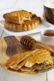 Desayuno francés dulce tradicional: pasta de hojaldre con el atasco de la manzana Foto de archivo