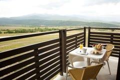 Desayuno fresco en la terraza del hotel Foto de archivo libre de regalías