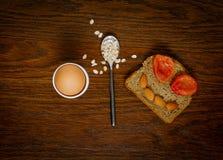 Desayuno: gachas de avena de los huevos, de la tostada o de la harina de avena Concepto bien escogido Foto de archivo