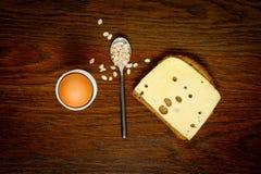 Desayuno: gachas de avena de los huevos, de la tostada o de la harina de avena Concepto bien escogido Imagen de archivo
