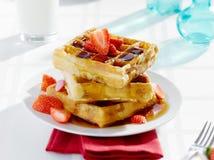 Desayuno - galletas con el jarabe y las fresas Imagen de archivo