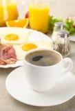 Desayuno graso sano con la taza de café con el tocino, huevos imagen de archivo