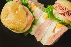Desayuno, hamburguesa, bocadillo en placa negra Con el espacio de la copia fotografía de archivo