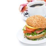 Desayuno - hamburguesa con los salmones, las verduras y el café Imágenes de archivo libres de regalías