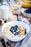 Desayuno: harina de avena con los plátanos, los arándanos, las semillas del chia y las almendras imágenes de archivo libres de regalías