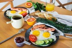 Desayuno hecho en casa con café de las habas de la legumbre de frutas de la salchicha de la tostada del huevo frito y zumo de nar Fotos de archivo libres de regalías