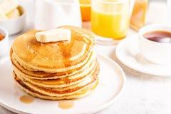 Desayuno hecho en casa delicioso con las crepes fotografía de archivo
