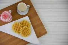 Desayuno hermoso de las galletas calientes café y flores espumosos calientes Imagen de archivo libre de regalías