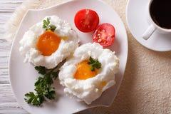 Desayuno hermoso: huevos Orsini y opinión superior horizontal del café Imágenes de archivo libres de regalías