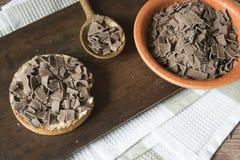 Desayuno holandés con el saludo del bizcocho tostado y del chocolate, escamas, en tabla de cortar fotos de archivo