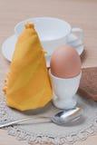Desayuno: Huevo hervido Fotos de archivo libres de regalías