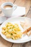 Desayuno, huevo revuelto con las tostadas y café fotografía de archivo libre de regalías