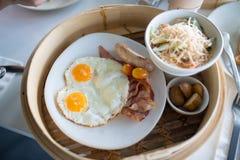 Desayuno inglés con los huevos fritos, tocino, salchichas, habas, Imágenes de archivo libres de regalías