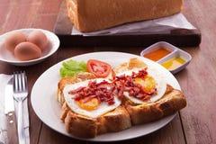 Desayuno inglés: tueste, lado soleado encima de los huevos, tocino, jamón y ensalada Foto de archivo libre de regalías