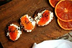 Desayuno italiano sano con la naranja de sangre y el bocadillo del ricotta Foto de archivo libre de regalías