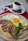 Desayuno juguetón con los huevos Imagenes de archivo