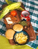 Desayuno latinoamericano en la tabla de madera foto de archivo