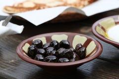 Desayuno libanés, aceitunas negras Foto de archivo libre de regalías