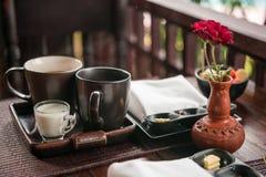 Desayuno ligero con té, atasco hecho en casa y mantequilla Foto de archivo