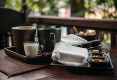 Desayuno ligero con té y atasco hecho en casa al aire libre Imágenes de archivo libres de regalías