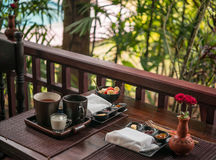 Desayuno ligero con té y atasco hecho en casa cerca de la piscina Fotografía de archivo libre de regalías