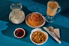 Desayuno ligero en luz del sol de la mañana Fotos de archivo libres de regalías