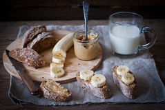 Desayuno - mantequilla de cacahuete, plátano, leche Foto de archivo libre de regalías
