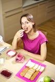 Desayuno modelo femenino de la consumición en pijamas en el país Imágenes de archivo libres de regalías