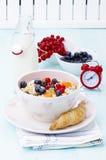 Desayuno: muesli con el berrie y la leche Imagen de archivo