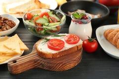 Desayuno nutritivo en la tabla imágenes de archivo libres de regalías